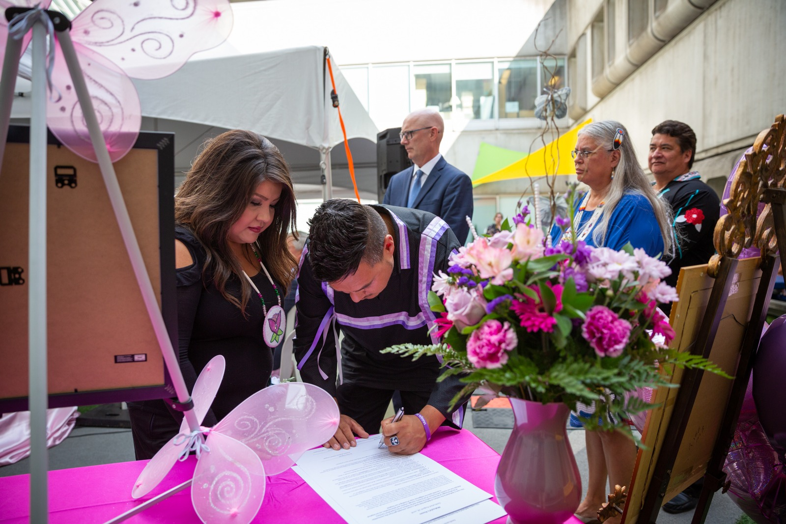 Makayla's parents sign a pledge in her honour
